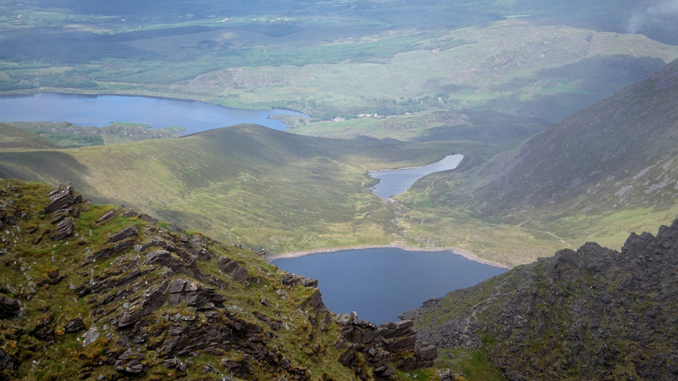 Blick vom Carrauntoohil auf Lough Eagher, Coomlougha Lough und Lough Eighter.
